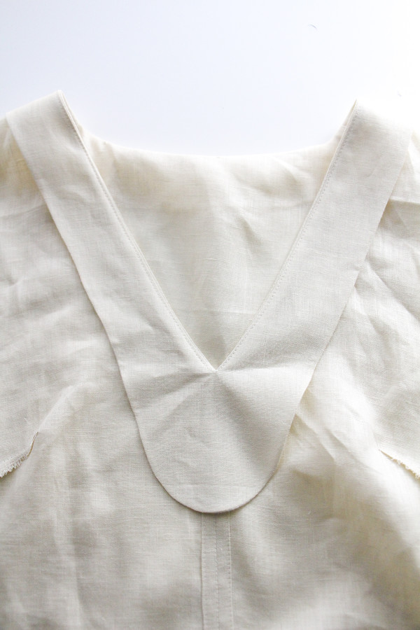 3 ways to finish the edges of a neckline facing AND 3 ways to secure a neckline facing // Megan Nielsen Design Diary // Dove blouse sewalong