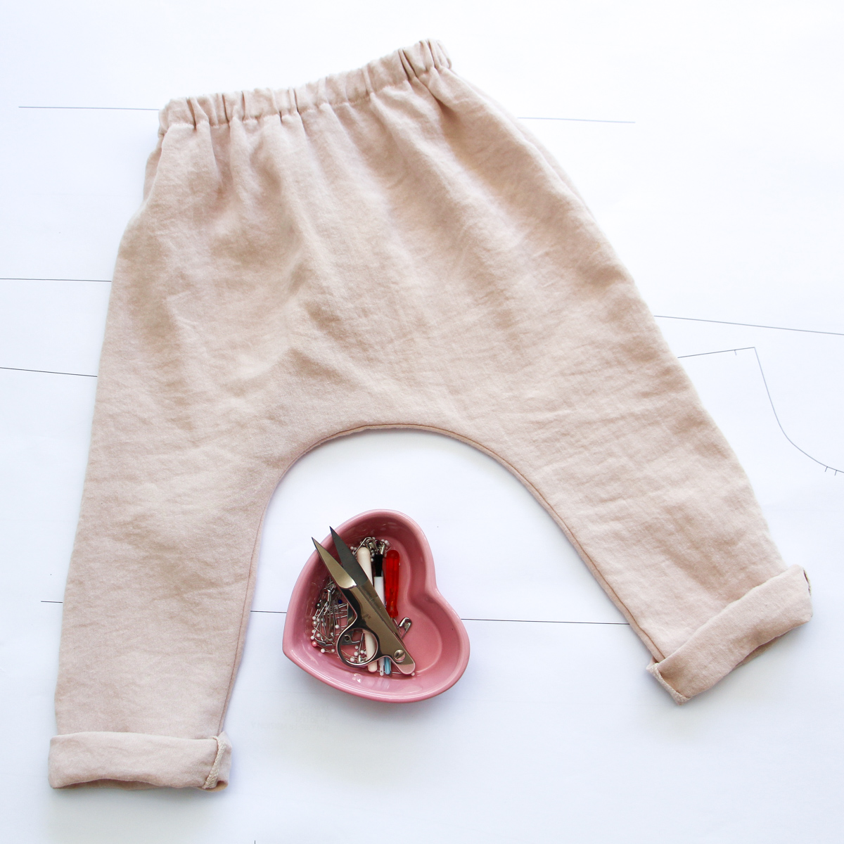 Birdie's Wiksten Harem pants made in linen look fabric from the Morrison outlet sale // Megan Nielsen Design Diary